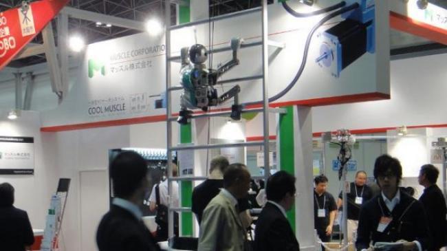 Dream Robo: robot humano�de qui monte sur une �chelle