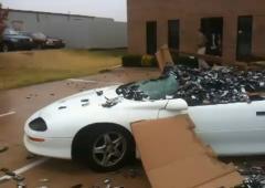 700kg de téléphones portables jetés sur une voiture