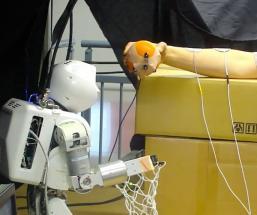 Un robot contrôle un bras humain à l'aide d'impulsions électriques