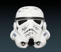 Réplique de casque Stormtrooper signé par le casting de la Guerre des Etoiles
